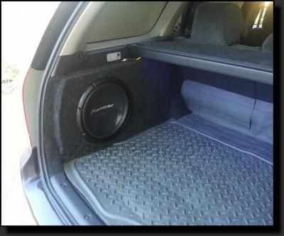 Установка сабвуфера-стелса в багажник авто фото